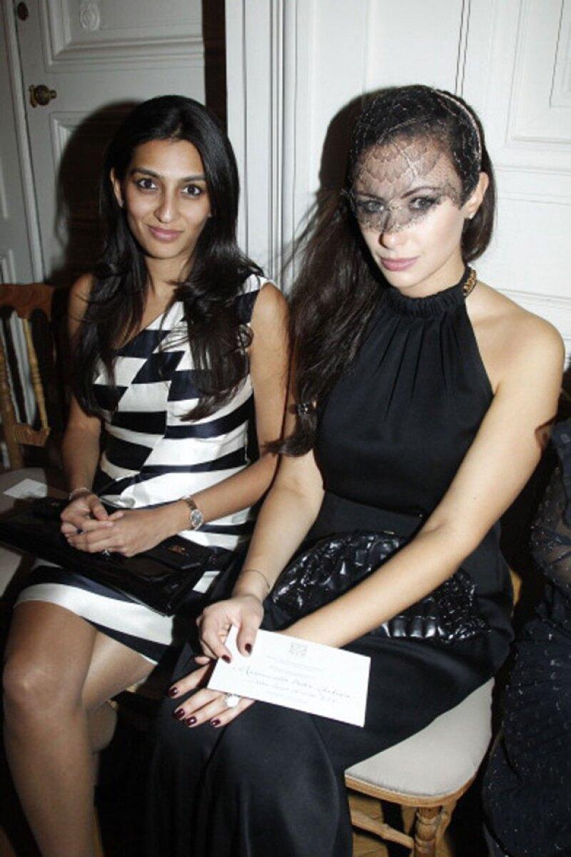 Vanisha Mittal a la izquierda, en el front row de Saint Laurent con la también heredera Camilla Al Fayed.