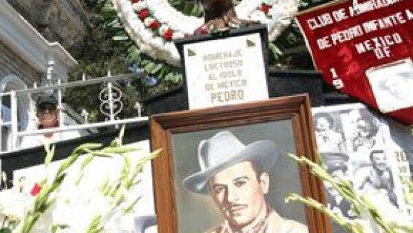Cientos de personas conmemoraron el aniversario luctuoso del actor mexicano con una misa en la Basílica de Guadalupe y una reunión en el Panteón Jardín.
