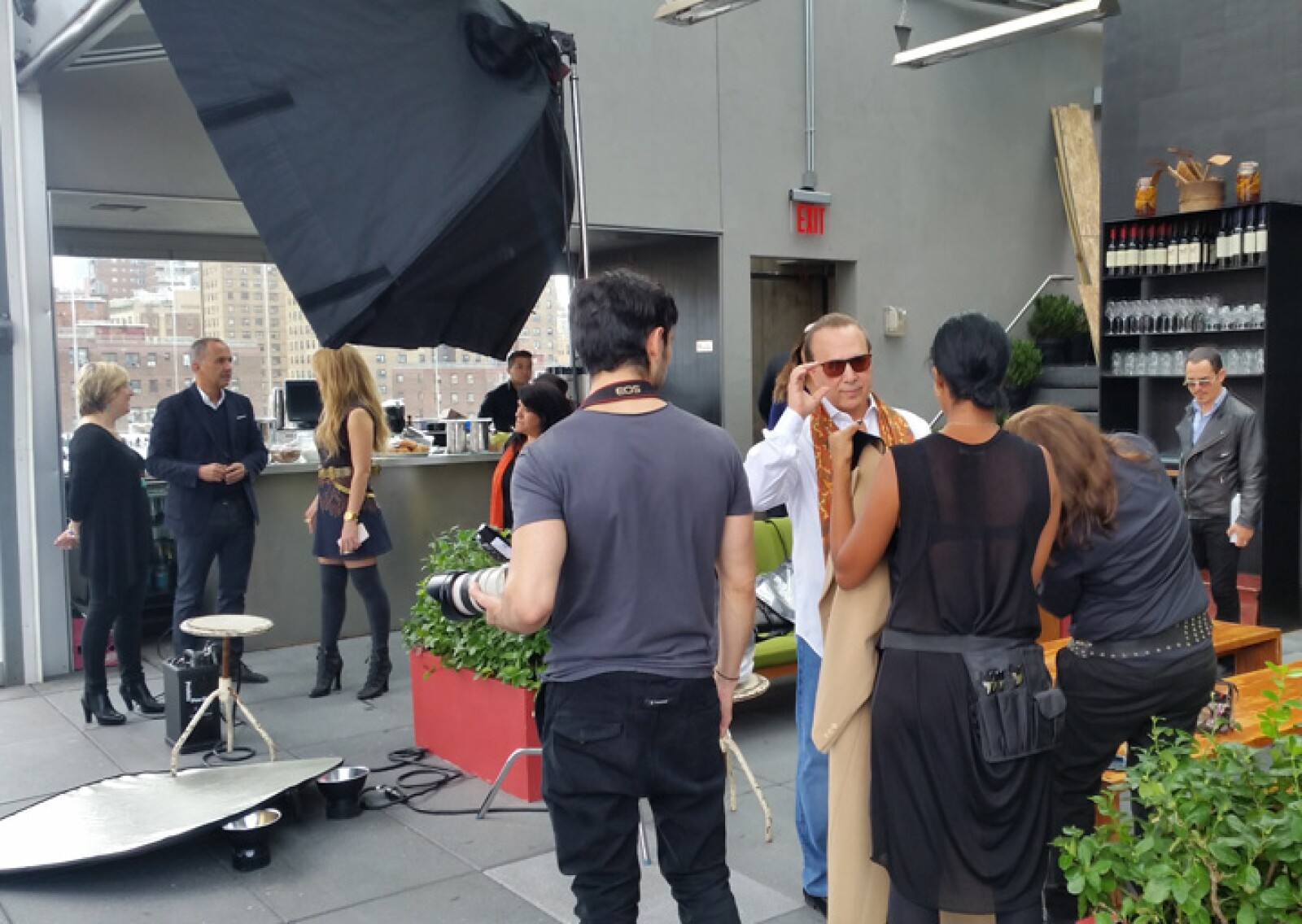 Por su parte, Tommy Mottola fue asistido en su preparación para las fotos.