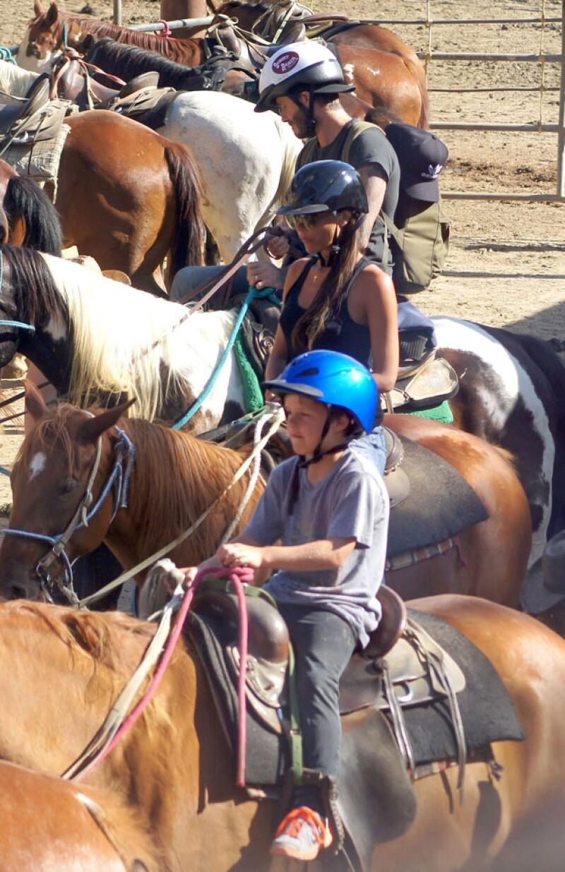 El famoso clan disfrutó de una paseo guiado a caballo en un rancho de Los Ángeles; esta vez los vimos en pantalones vaqueros y camisetas cómodas para la ocasión.