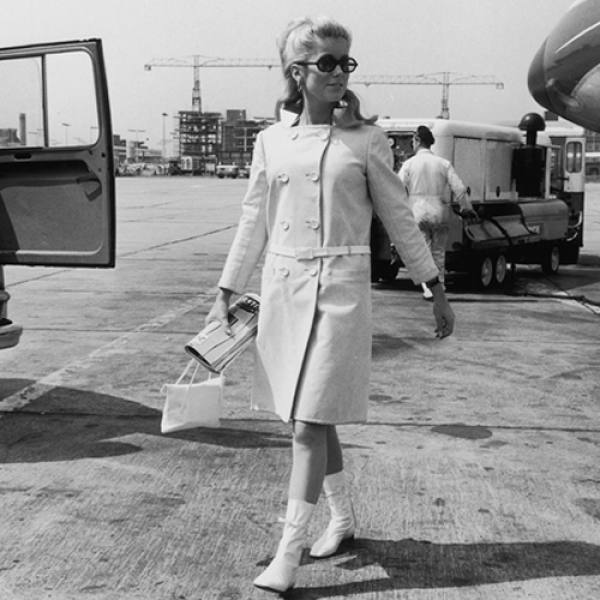 El trabajo y la belleza de esta actriz inspiró a directores de cine como a Luis Buñuel y diseñadores emblemáticos como a Yves Saint Laurent. Deneuve participó en películas como Elle sènva, Potiche,...