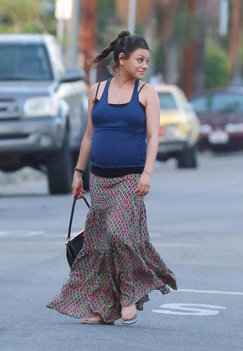 La actriz fue captada en Los Ángeles, en compañía de Ashton Kutcher, presumiendo su avanzado embarazo.