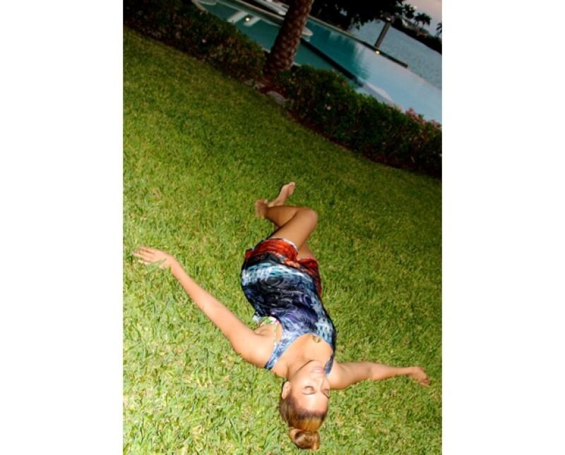 La cantante que ha ofrecido conciertos en todo el mundo compartió fotografías en su cuenta de tumblr sobre su escapada a una isla tropical en compañía de su esposo y su linda hija.