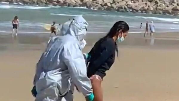 Detenida por irse a surfear pese a tener coronavirus
