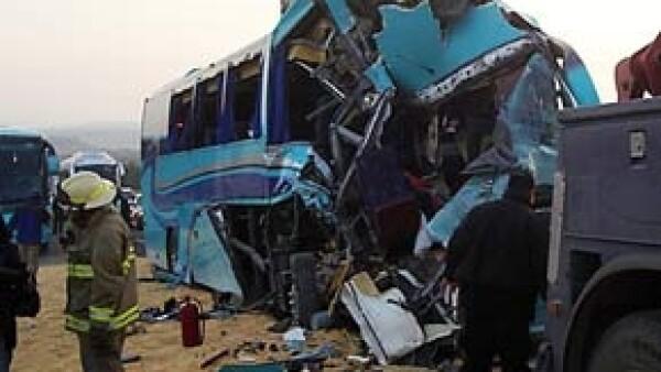 La Unidad Estatal de Protección Civil y Bomberos de Jalisco informó que una persona falleció y cuatro más resultaron heridas tras el accidente.