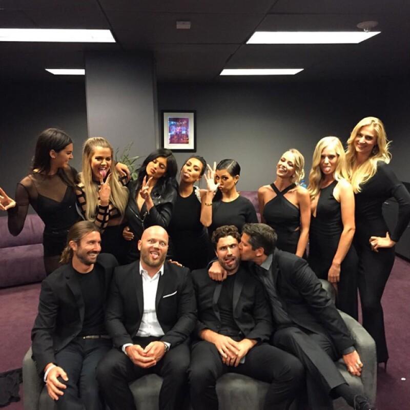 Kim subió una foto en la que aparecen todos los hijos e hijastras de Jenner en los premios.