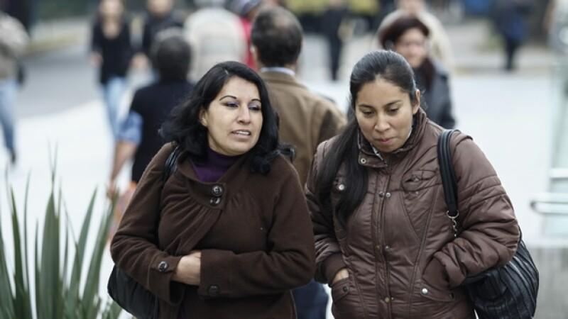 dos mujeres caminan con frio