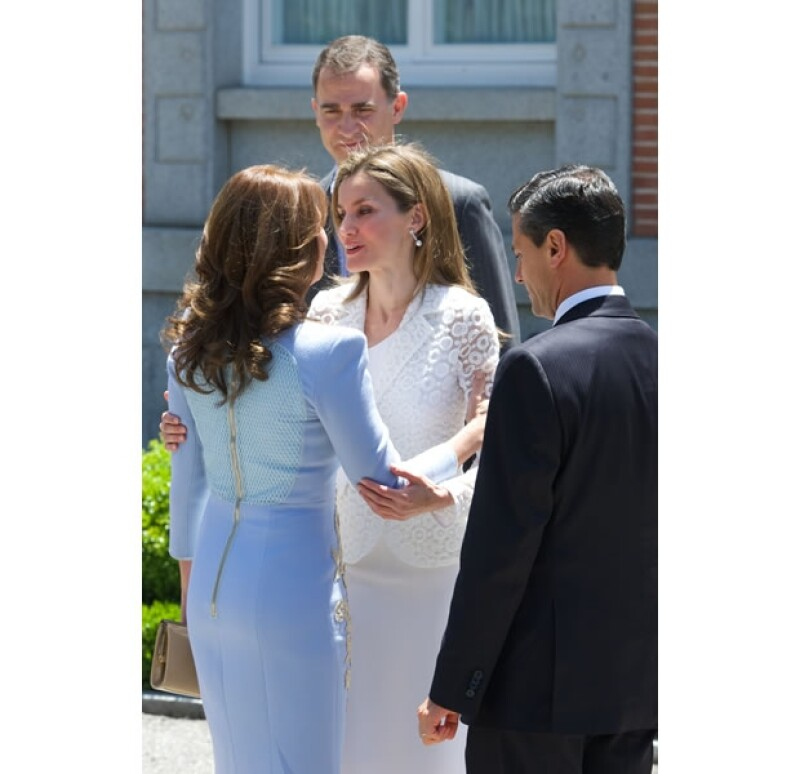 Don Juan Carlos y Doña Sofía, aún monarcas, dieron a bienvenida al Presidente de México y a su esposa en el que será su último recibimiento a un mandatario extranjero antes de su abdicación.