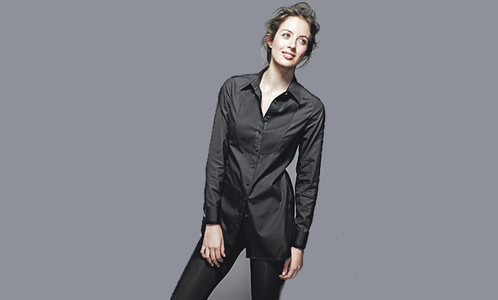 El saco de tweed con dos botones y pantalones de corte relajado es lo más novedoso e incluye detalles de colores contrastantes en el cuello, puños y forros.