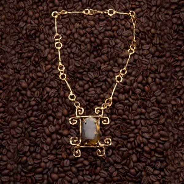 Algunos de sus diseños utilizan piezas preciosas como la obsidiana, malaquita, lapis lazuli y ámbar.