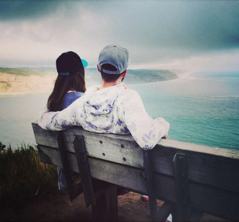 La pareja, mirando el paisaje durante su reciente viaje a Nueva Zelanda durante su segundo aniversario de bodas.