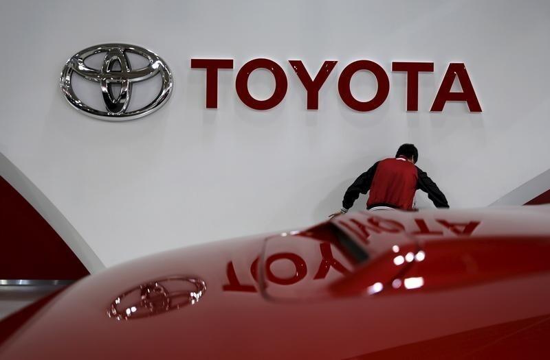 El gobernador de Guanajuato, Miguel Márquez (izq.),  y el presidente de México, Enrique Pena Nieto, en el anuncio de la instalación de una planta de Toyota en Guanajuato, en abril de 2015.