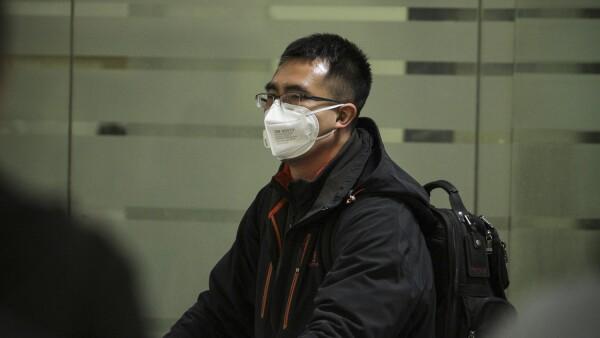 Usuarios del aeropuerto usan cubrebocas