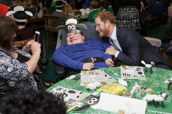 Tanto Harry como William convivieron con los niños y armaron gorros con el personaje de La oveja Shaun.