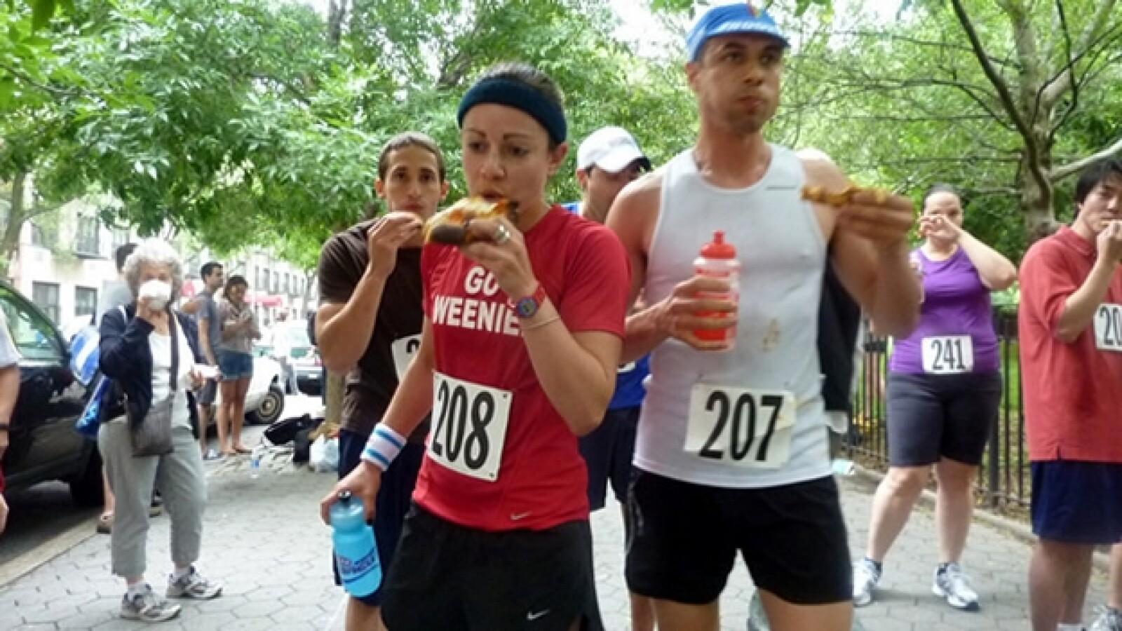 corredores comen pizza