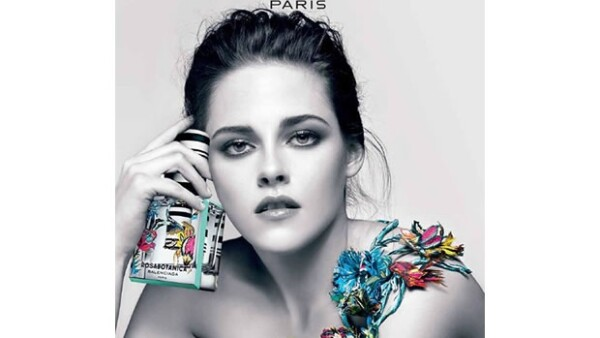 La actriz de `Twilight´ ha causado un impacto total con las fotografías que le tomaron para la campaña del nuevo perfume de Balenciaga, donde muestra su lado más femenino.