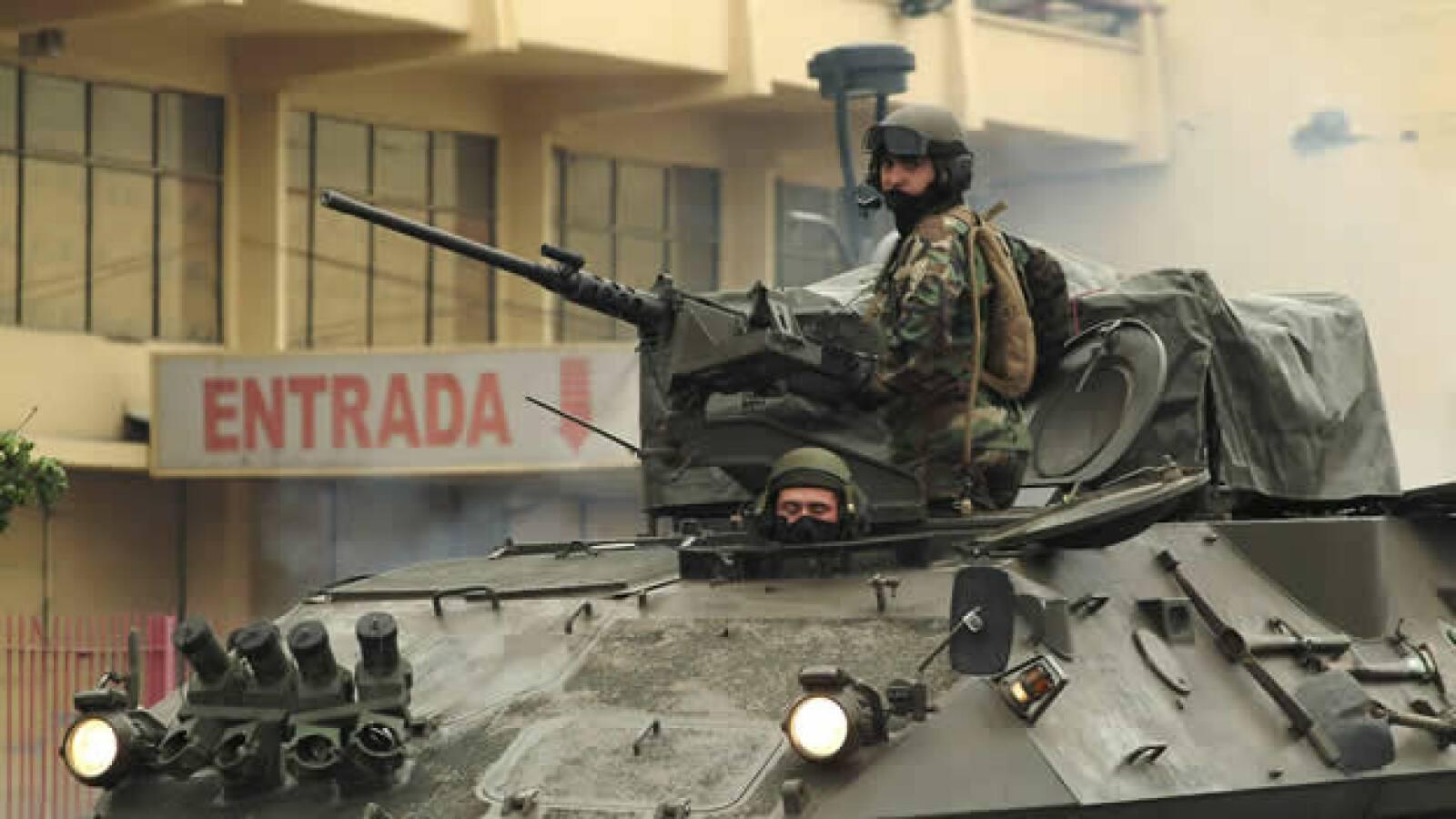 Soldados chilenos patrullan las calles de Concepción para prevenir saqueos y actos vandálicos