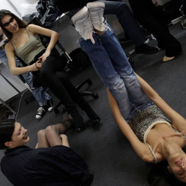 Las modelos se preparan para hacer su presentación ante los medios.