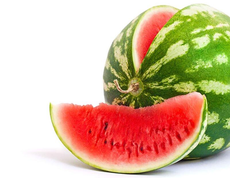 La sandía está compuesta primordialmente por agua, convirtiéndola en un alimento de 0 calorías.