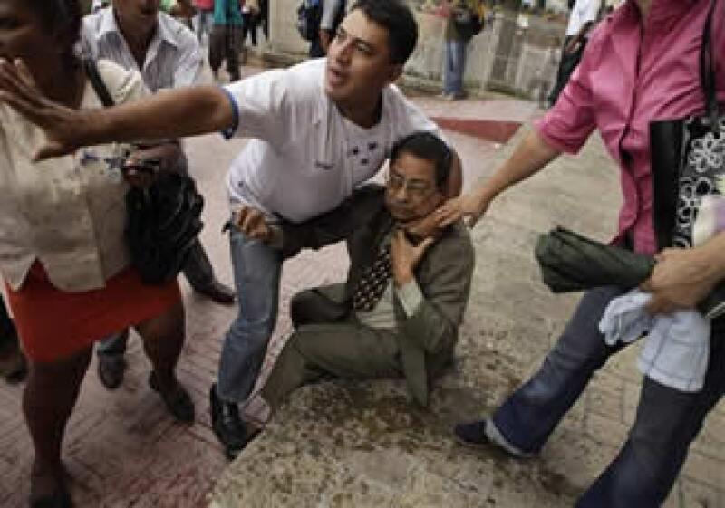 En su trayecto, los manifestantes encontraron con el vicepresidente del legislativo, Ramón Velásquez, que salía de sus oficinas y a quien atacaron. (Foto: AP)