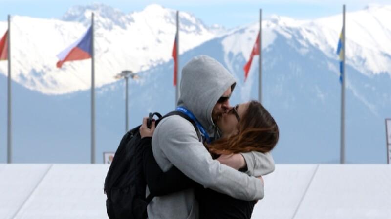 una pareja se besa en el parque olimpico de sochi