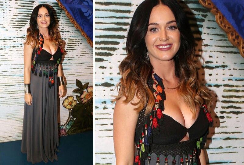 La cantante robó miradas con su increíble cleavage al asistir a Broadway para la puesta en escena de Finding Neverland.