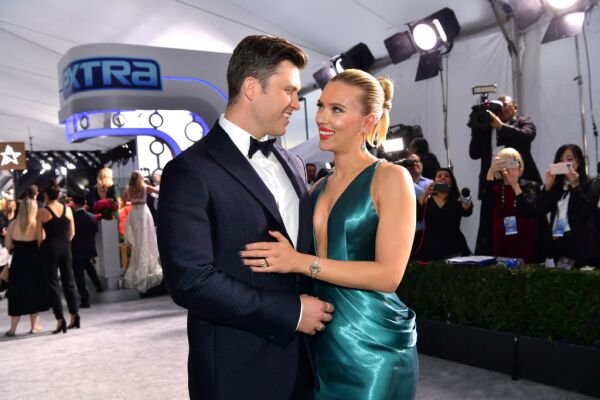 Colin Jost y Scarlett Johansson