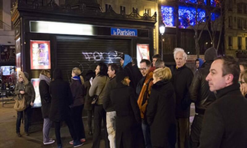 Decenas de personas hicieron fila para comprar el nuevo número de la revista. (Foto: Getty Images)
