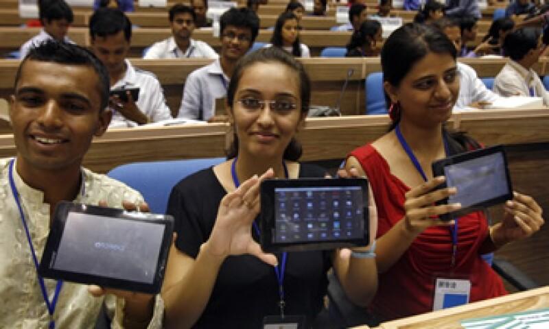 El Gobierno está comprando las primeras unidades del dispositivo, denominado Aakash, que significa cielo en hindú. (Foto: Reuters)