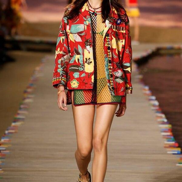 Chamarra de estampado tropical, vestido de red rayado, bikini de crochet y sandalias.