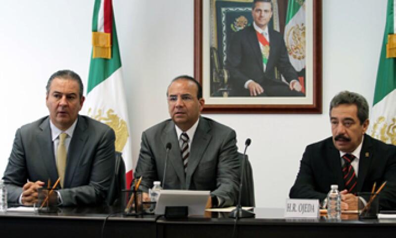 El titular del Trabajo, Alfonso Navarrete (centro), leyó un pronunciamiento firmado con patrones y sindicatos. (Foto: Notimex)