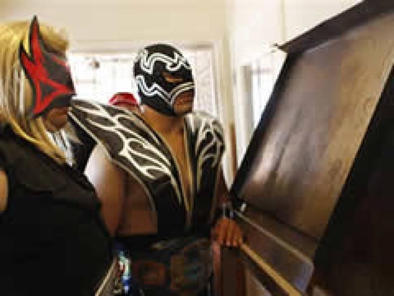 Los luchadores Renegado, izquierda, y Mr. Tempest mirando a una imagen que muchos creen es la de