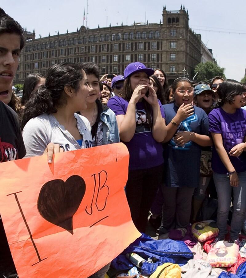 De distintas ciudades, miles de jovencitas con sus familiares hacen fila alrededor del Centro Histórico para poder ver a la estrella de pop.