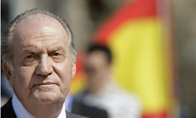 El rey fue trasladado en avión de regreso a España y fue intervenido quirúrgicamente el sábado para colocarle una prótesis. (Foto: AP)