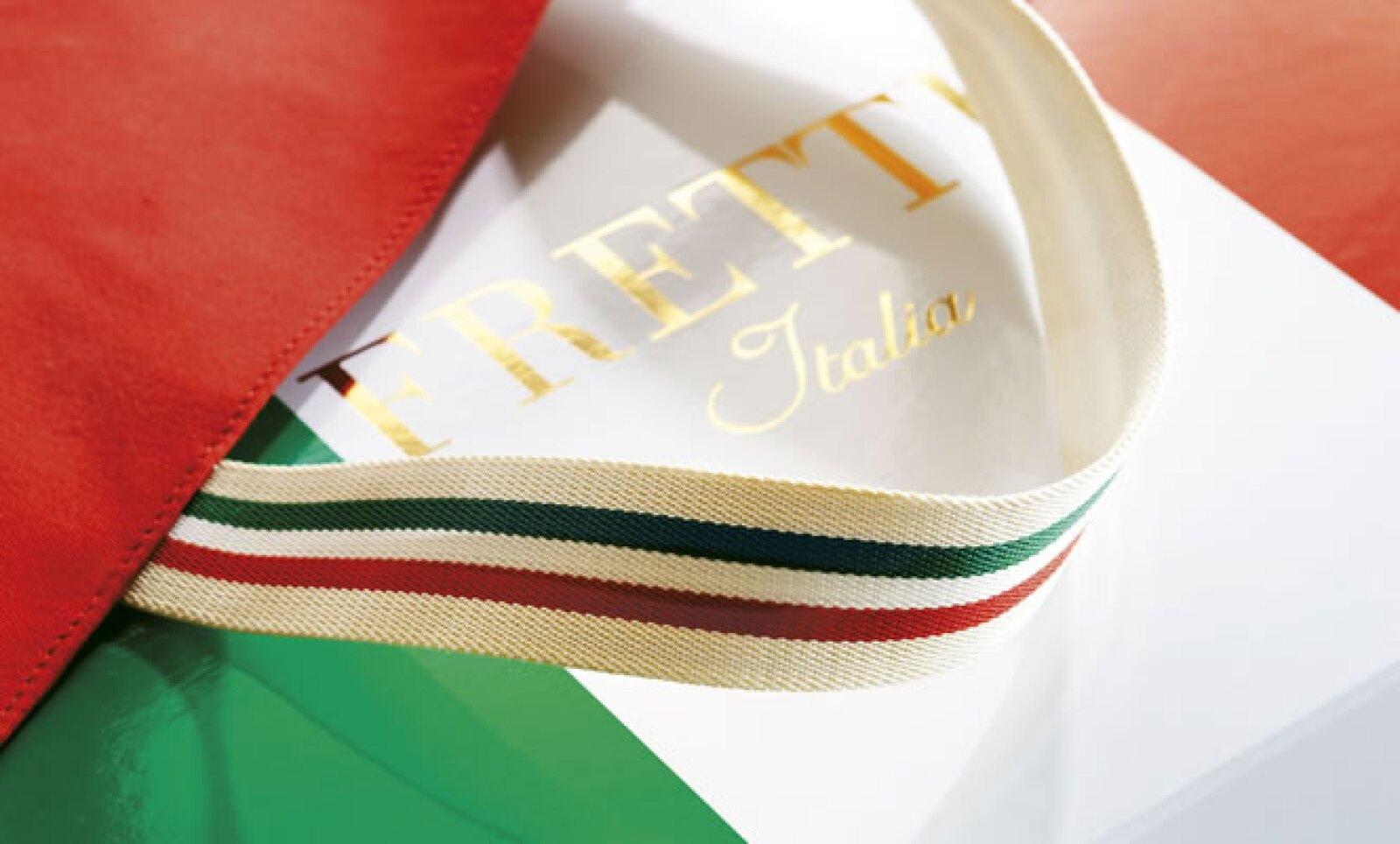 El diseño evoca el famoso 'Tricolore' de Italia (la bandera roja, blanca y verde) en una paleta sofisticada de color beige con gris pálido y oscuro.