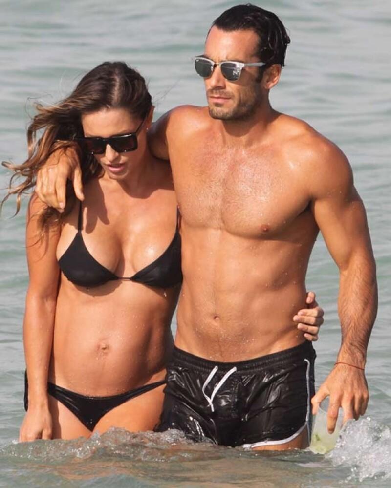 La actriz y su novio Aarón Díaz pasaron una tarde de mar, arena y sol este fin de semana, ambos lucieron cuerpazos.