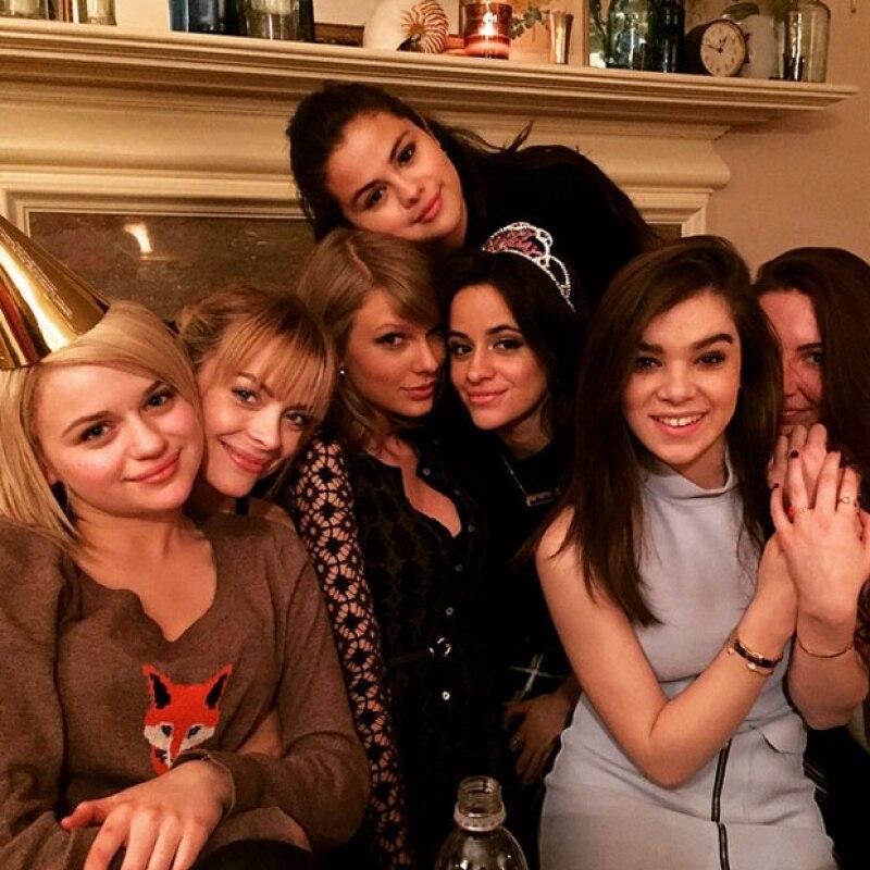 Acompañadas de otras famosas, las dos cantantes se reúnen para festejar a una de sus amigas en una divertida noche.