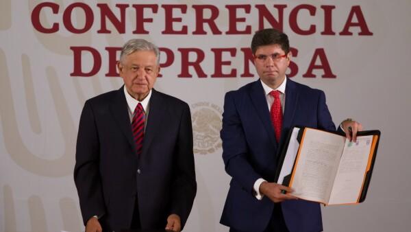 """EL PRD denunció a AMLO por supuesta promocionarse mediante los """"Siervos de la Nación"""" y programas sociales, por lo que fue citado por el INE."""