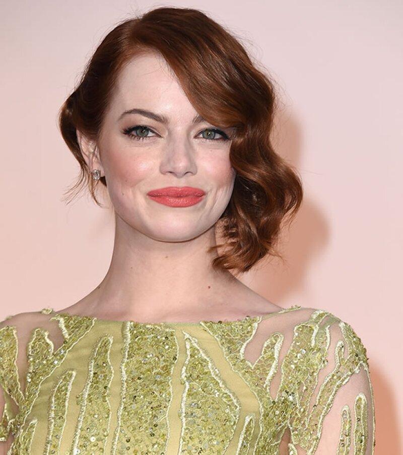 Emma Stone complementó su vestido Elie Saab con un tono durazno en los Oscar.