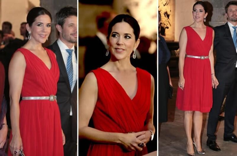 Mary usó un vestido con escote en V en la gala de San Hipólito.