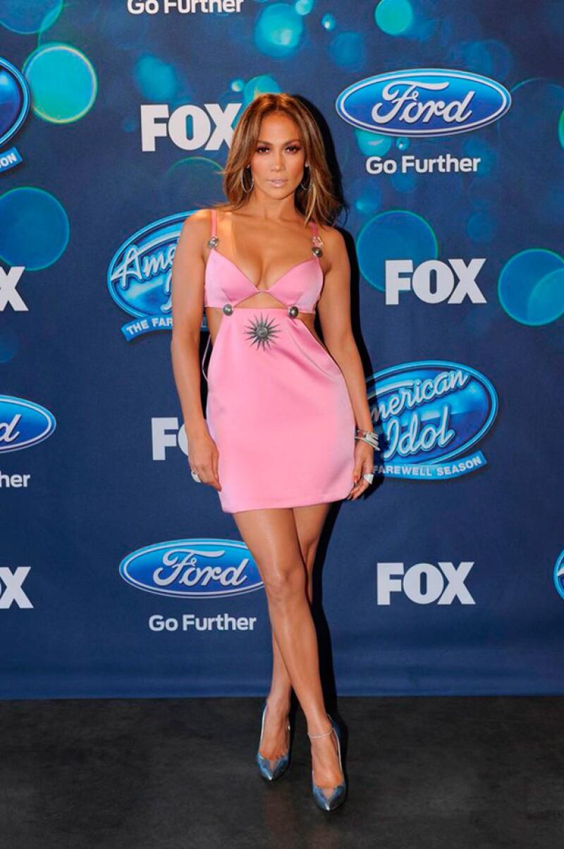 La cantante fue objeto de críticas por lucir un mini vestido cut out color rosa que favoreció poco su figura.