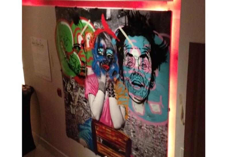 Fotografía pintada a mano durante la inauguración por el artista urbano Alec Monopoly.