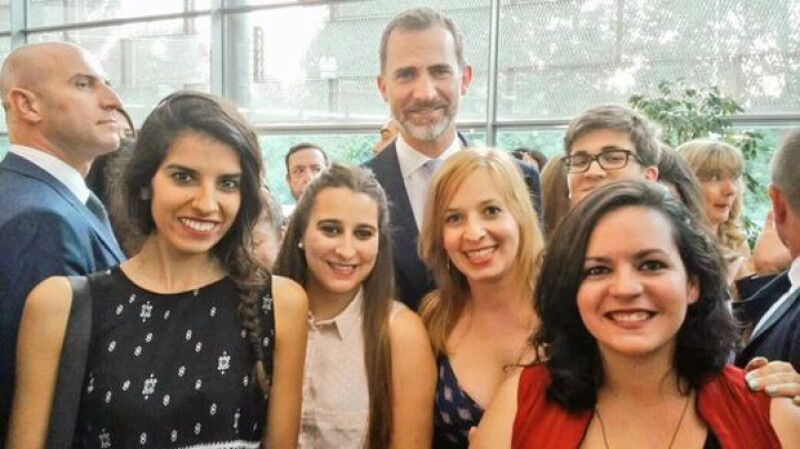 Felipe fue el que se mostró más dispuesto al lado de los invitados de la premiación.