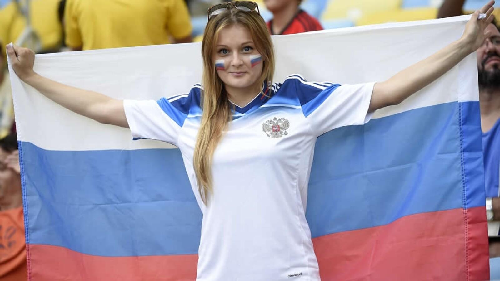 Una rusa mostrando su orgullo y pasión con una bandera de la nación europea