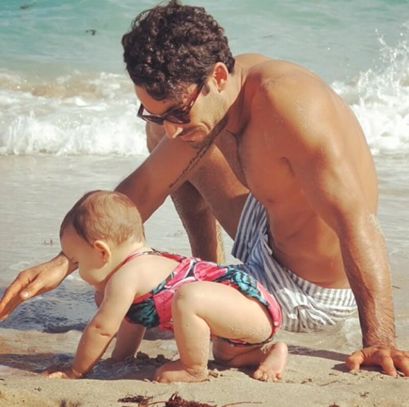 Erin jugó en el mar y la arena con su papá.