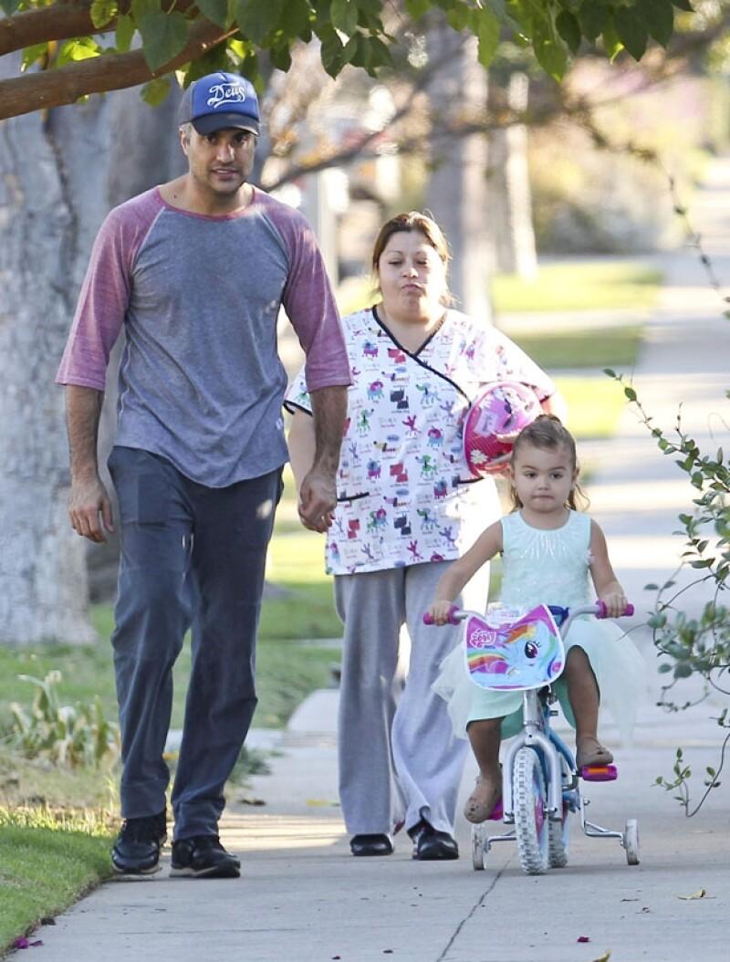 El actor mexicano y su hija fueron vistos en Los Ángeles dando un relajado paseo. Elena Camil ya es niña grande y lo presumió a bordo de una bici ad hoc a su estilo.