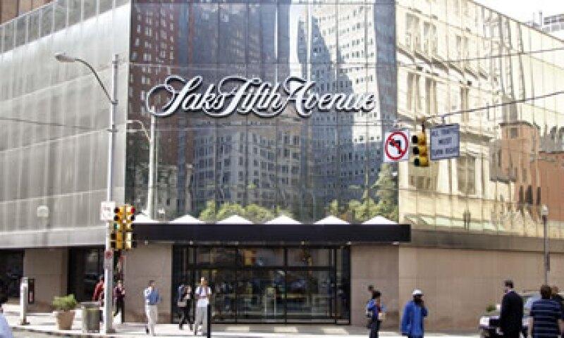Saks opera 46 tiendas departamentales y una cadena de 60 puntos de ventas de Off Fifth. (Foto: AP)