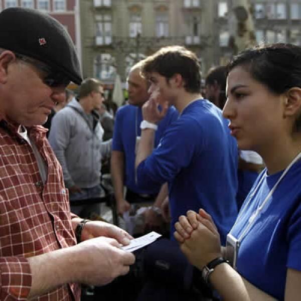 Un empleado de la tienda de Apple en Berlín explica a un posible cliente los planes y características del equipo.