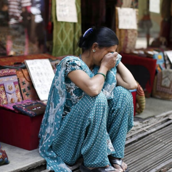 Mujer llora Nepal sismo