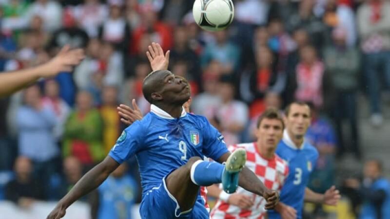 Mario Balotelli disputa el balón